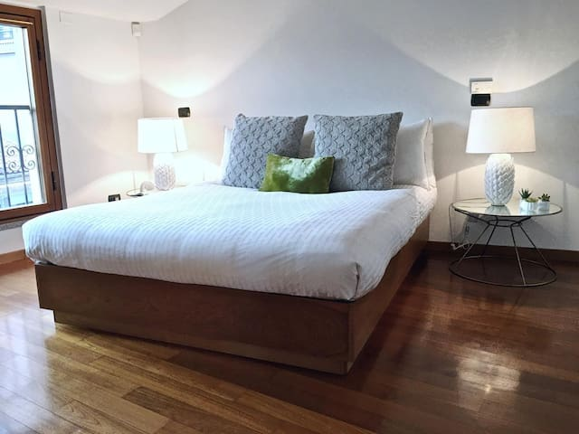 Second large and quiet bedroom, en-suite, with street window