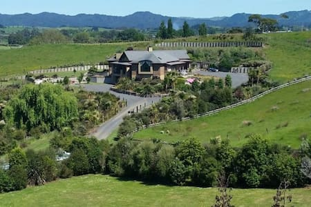 Lucky Duck Lodge - STUNNING VIEW - Rotokauri - Villa