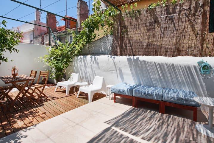 Cozy Ap with Backyard next to Av. Liberdade