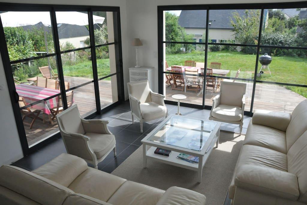 Un salon confortable avec deux grands canapés en cuir