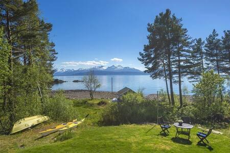 Hytte ved sjøen-cozy cabin by the sea