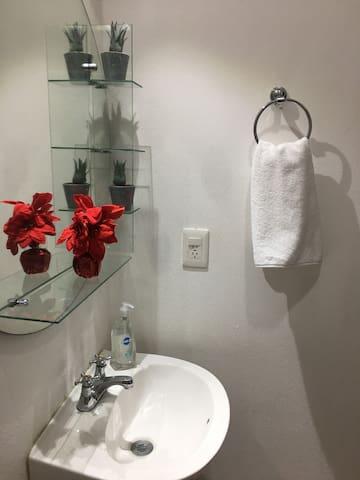 El baño no se comparte con nadie , es solo del departamento