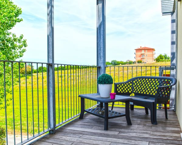 Bright, cheerful apartment with private deck - close to the beach!