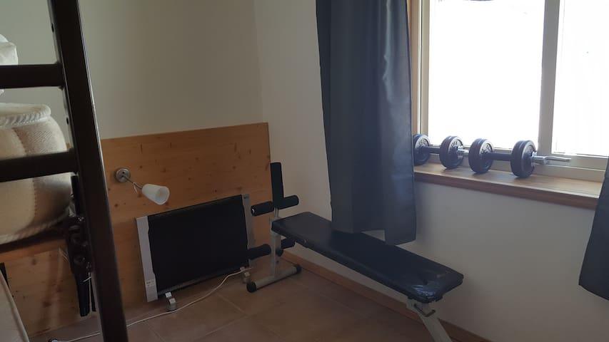Kinderzimmer mit kleiner Fitnessausstattung