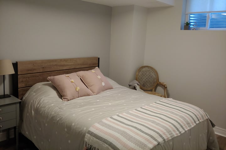 New private bedroom in Bronte Creek home