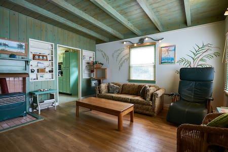 Artist's Beach Cottage - Oxnard