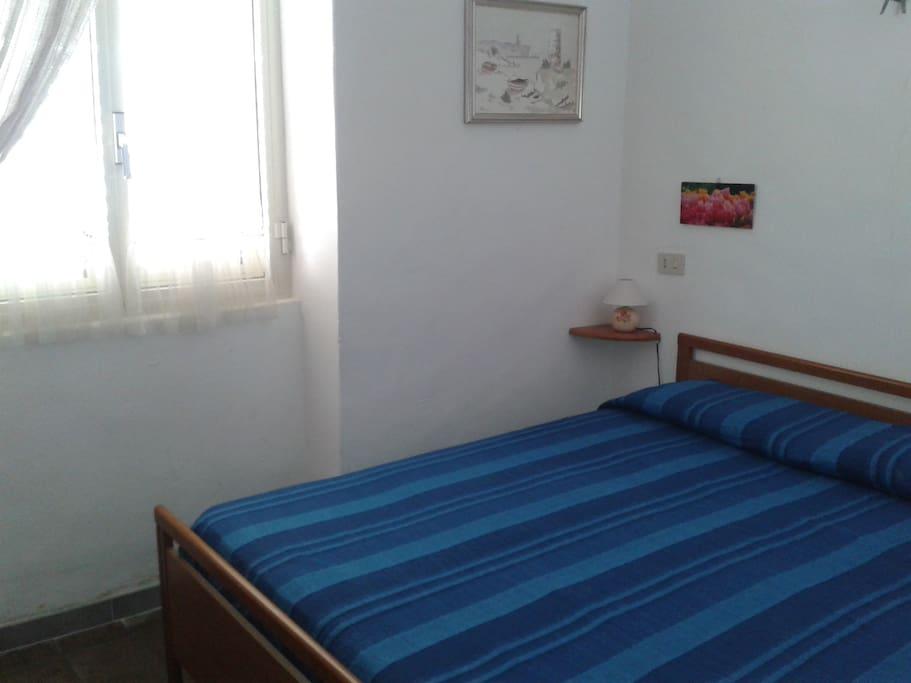 Camera da letto con letto king size