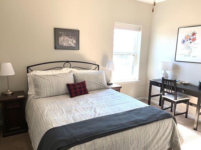 Clean, Quiet Private Room/Bath in Central Austin