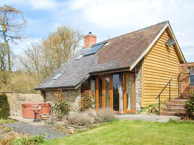 THE CWTCH, romantic, with hot tub in Llanbister, Ref 928847