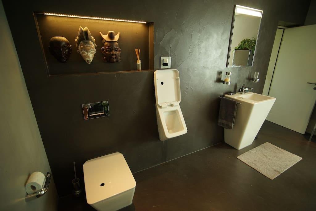 Raumgrösse 10 sq.m mit WC, Pissoir, Waschbecken