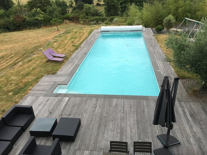 Maison contemporaine avec grande piscine