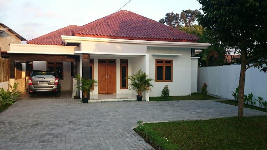 CASA DIAS Family Guest House - Sleman - Maison