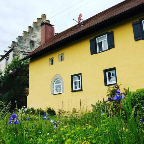 Romantisch gelegenes Anwesen auf Burggelände