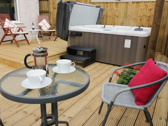 KEVERAL BAY COTTAGE, with hot tub in Seaton, Ref 931132