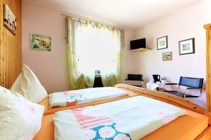 Pension Merbald (Beilngries), Doppelzimmer 3 - gemütliche Einrichtung