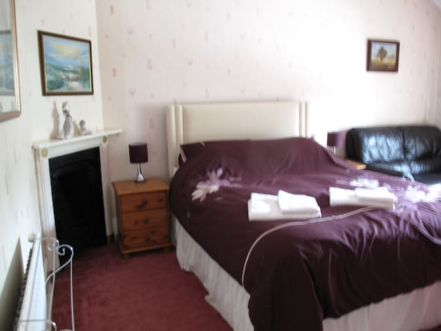 King size room above village shop - Radstock - Huis