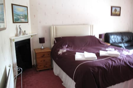 King size room above village shop - Radstock - Casa