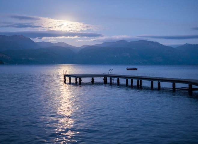Amplia casa con playa propia en el lago Colico.