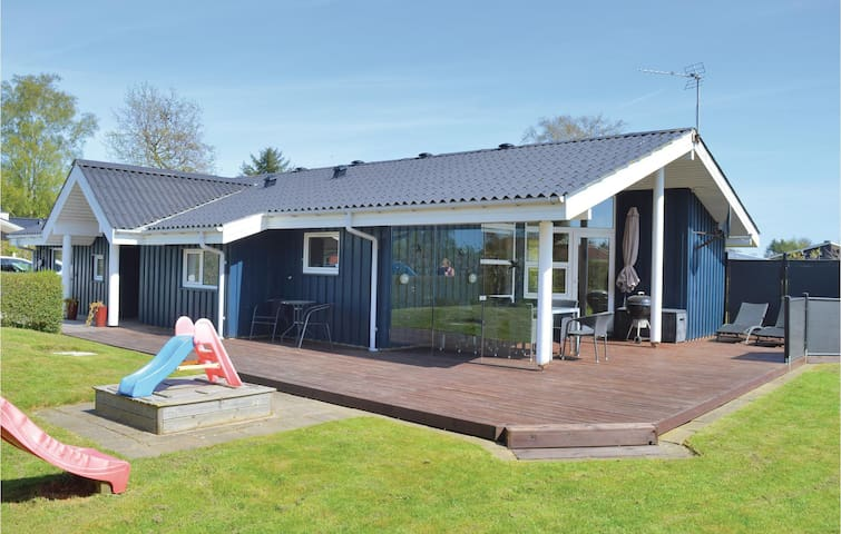 Holiday cottage with 4 bedrooms on 86m² in Hadsund