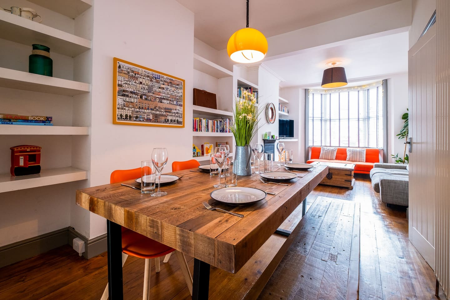 Perfect large lounge / diner to host a dinner party.