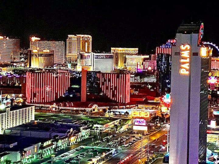 35/F Strip View Balcony studio in center of Vegas