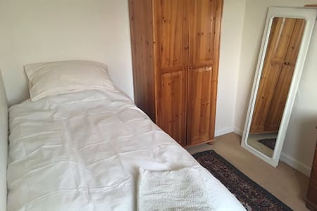 COMFORTABLE SINGLE ROOM GREAT VALUE - London