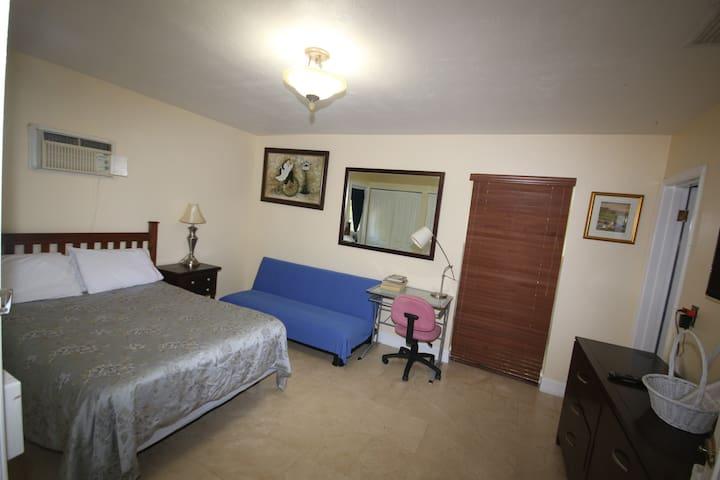 Masterbedroom w/ private bath, entrance & parking. - Miami - Casa