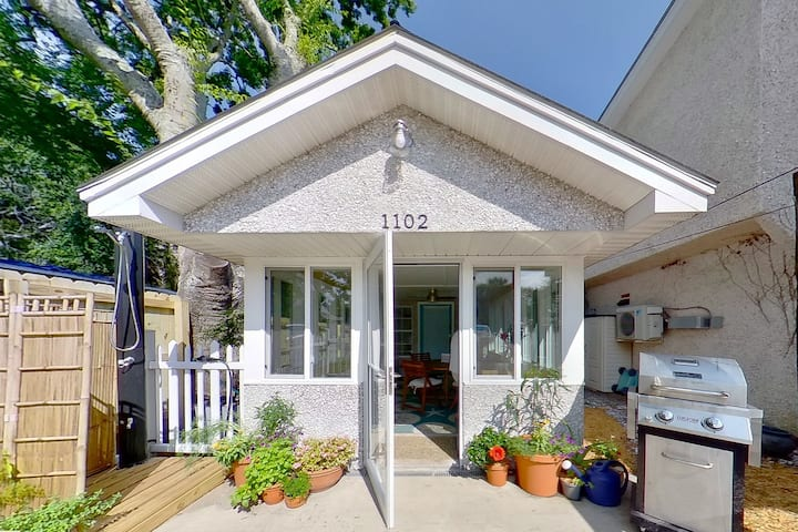 Welcome to our Bijou Bungalow just one block from the Beach! 1 bed 1 1/2 bath