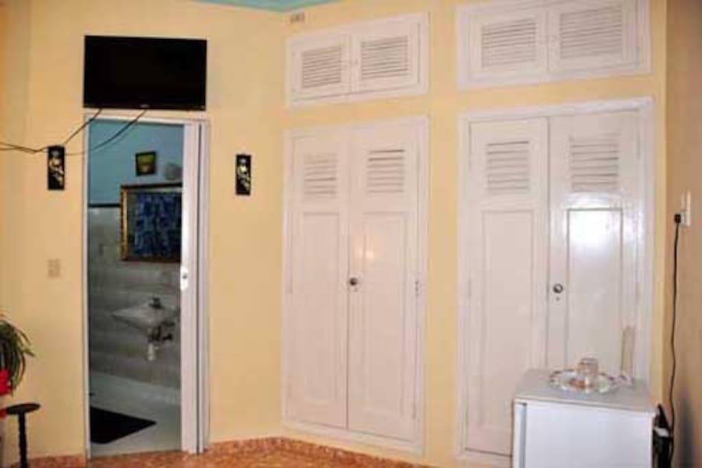 Habitación 1, con baño privado, clóset con caja fuerte y minibar.