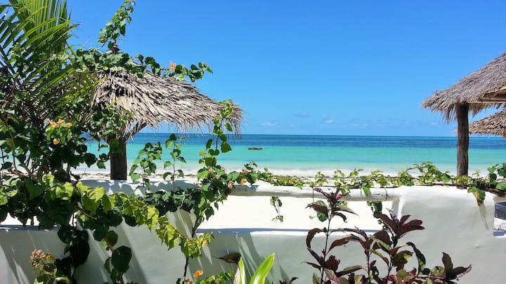 Water's edge beach house, sleeps 12, Pool, Chef