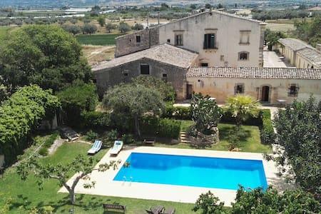 Magnifica Antica Villa in Sicilia, con Piscina