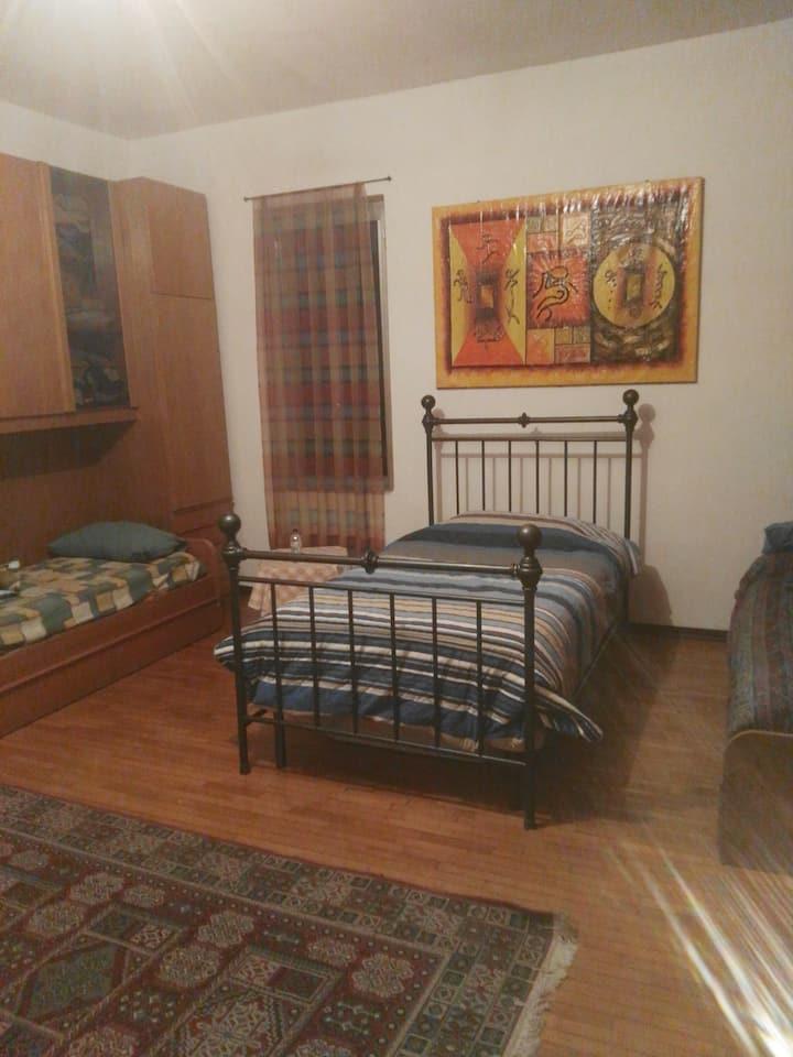 Comoda e ampia stanza con bagno ed ufficio