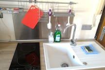 Produit pour la vaisselle, eponge, produit main et vaisselle. Kitchen product. Hand, dishes and spunge.