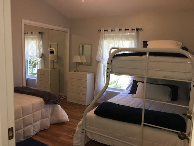 Peaceful & Private: CLEAN, 5 minutes to downtown