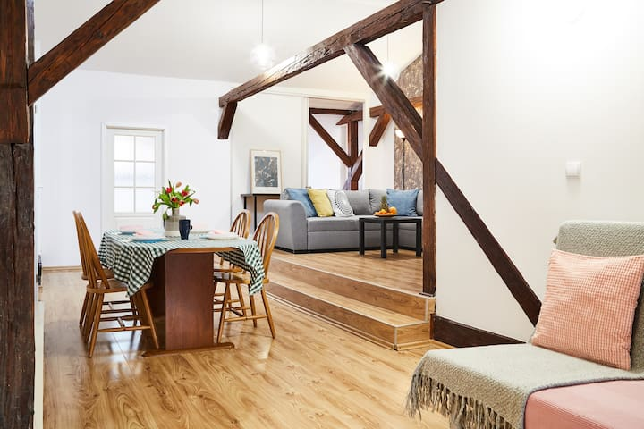♥♥  Spacious Loft - Central Location  ♥♥