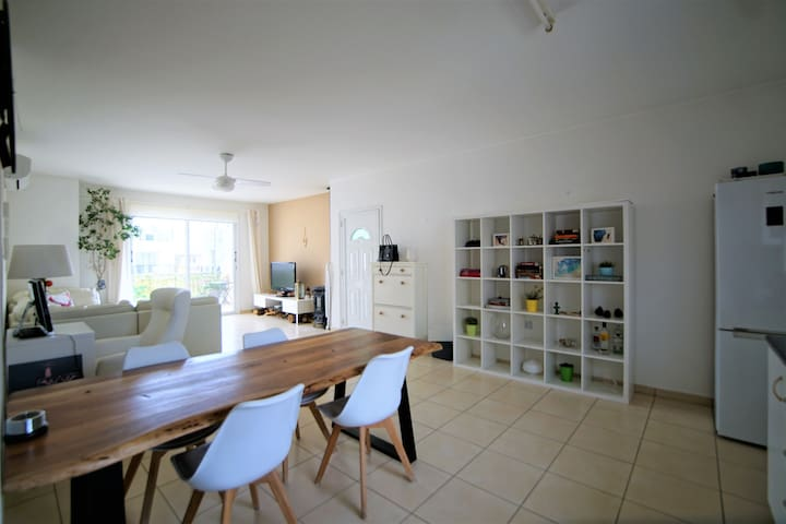 Modern 3 bedroom apartment In Great Location!