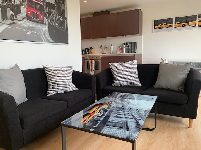 Lush 2 bedroom Apartment with Fast Wifi + Parking