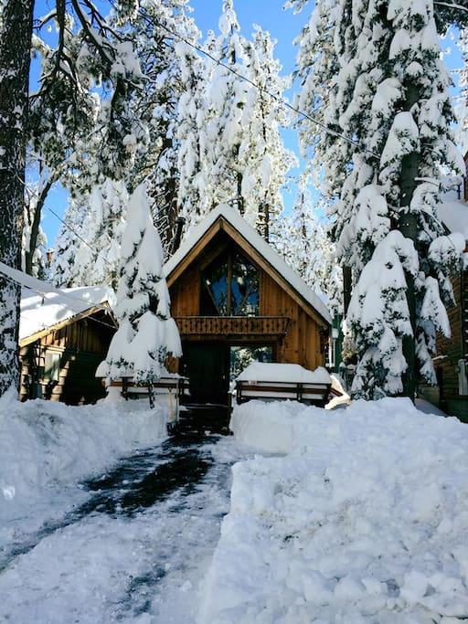 Snuggle bear cabin near bear mountain ski cabins for for Cabins big bear lake ca