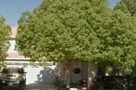 Cozy Home with Mountain View and Meditation Garden - Palmdale - Casa