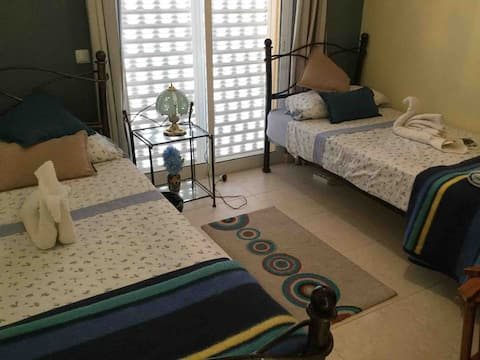 Twin bedroom with sea views and breakfast!