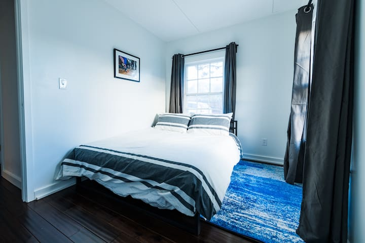 2nd bedroom w/ queen bed.