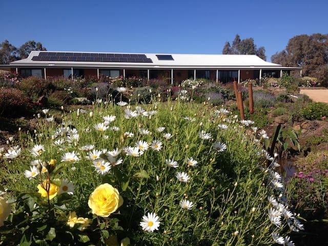 Luxury Farm Stay B&B at River Gardens Axedale