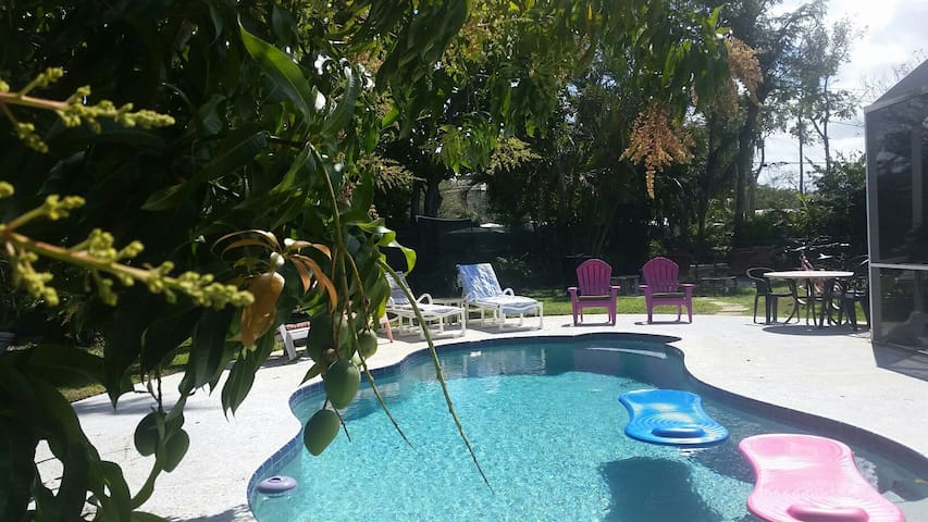Pet Friendly Pool Home & Complimentary Breakfast! - Stuart - Hus