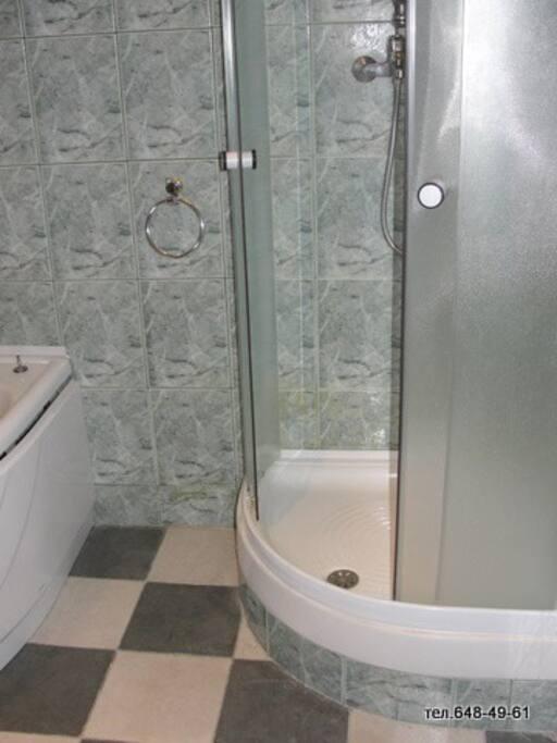 ванна совместно с душевой кабиной