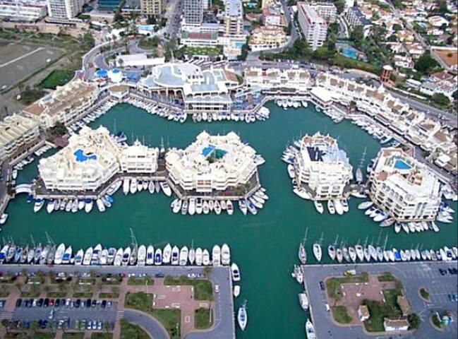 puerto marina a 200 m de hostal solymar H**