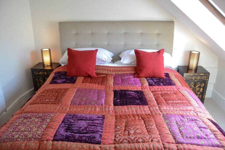 Bang in Wells, Attic Suite Bed and Breakfast Room
