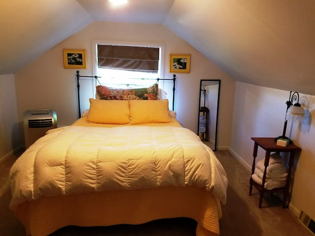 Private upstairs queen bedroom at B & K Farmhouse - Hillsboro - Ev