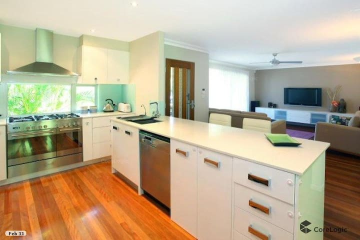 3-bed family home - short walk to beach and cafe