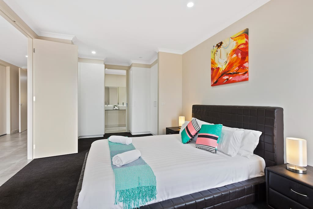 Master Bedroom with Queen Bed & Ensuite