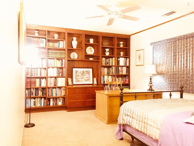 Big Bedroom in 2000 SQFT House,By I-5,99,UOP,Macy